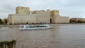 Ein Vergnügungsdampfer segelt vor dem Gebäude des Verteidigungsministers in Moskau stock video footage
