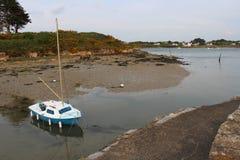Ein Vergnügungsdampfer wird festgemacht in einem natürlichen Hafen (Frankreich) Stockfoto