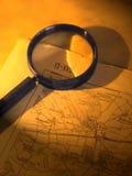 Ein Vergrößerungsglas auf einer alten Karte Stockfotos
