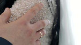 Ein verheirateter Mann mit Ring berührt ein Mädchen an der Schulter stock video footage