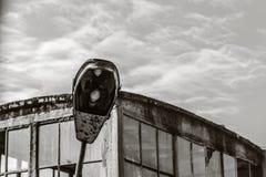 Ein verhungerndes und gealtertes Foto einer alten Straßenlaterne Retro- Effekt Lizenzfreie Stockbilder