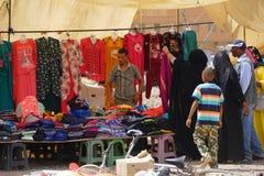 Ein Verkäufer der bunten Kleidung stockbild