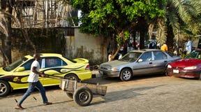 Ein Verkäufer geht ungefähr sein Geschäft um die Hafenstadt von Lagos lizenzfreies stockfoto