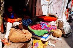 Ein Verkäufer hält kühl im Schatten in Pushkar, Indien stockfoto