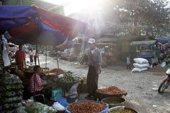 Ein Verkäufer plaudert mit einem Kunden Stockfoto