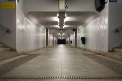 Ein verlassener Tunnel unter der Eisenbahn Lizenzfreies Stockbild