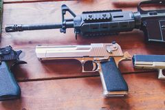 Ein verlassenes Adler ` s Gewehr liegt auf einem Holztisch Stockbilder