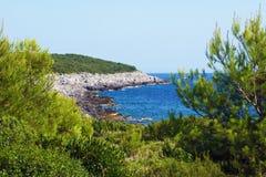 Ein verlassenes adriatisches coastmit dem Mittelmeergrün Stockfotos