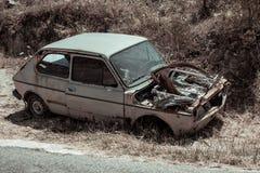 Ein verlassenes altes Auto der Weinlese Stockfotografie