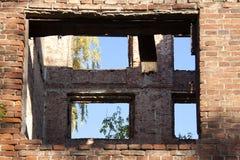 Ein verlassenes Haus an einem sonnigen Tag stockbild