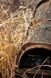 Ein verlassenes rostiges Wasserrohr Stockfotos