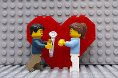 Ein Verpflichtungsdiamantring im Blumenstrauß der Rosen Lizenzfreie Stockfotos