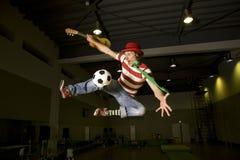 Ein verrückter Fußbalgebläseunterhalter Stockfotos