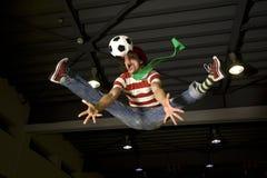 Ein verrückter Fußbalgebläseunterhalter Stockbilder