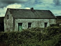 Ein verrücktes verlassenes Haus auf Aran Islands herein lizenzfreie stockfotografie