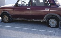 Ein verrosteter und schimmeliger Kleintransporter fällt auseinander nahe bei einer Scheune stockbilder