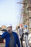 Ein Verschiffeningenieur, der am Telefon spricht Stockfotos