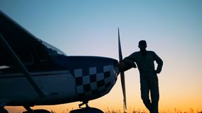 Ein Versuchslehnen auf einem Doppeldecker ` s Propeller Porträt eines weiblichen Piloten stock footage