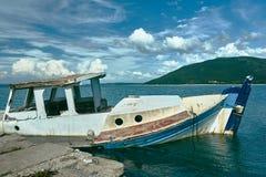 Ein versunkenes Fischerboot im Hafen Stockbild