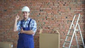 Ein verwirrter Mann in einer Arbeitsuniform findet eine Lösung stock video