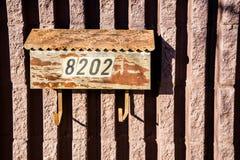 Ein verwitterter Briefkasten stockfotografie