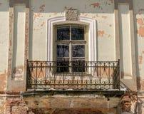 Ein verziertes Fenster mit einem Balkon lizenzfreies stockfoto