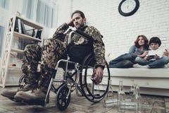 Ein Veteran sitzt in einem Rollstuhl Alkoholproblem lizenzfreie stockbilder