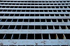 Ein Vierkantstahlkanaldeckel Stockfotografie