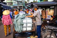 Ein vietnamesischer Mann verkauft Eis am Cho Dam-Markt in Nha Trang, V stockfotografie
