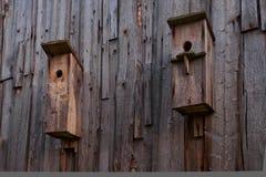 Ein Vogelhaus auf einer alten Blockhauswand Lizenzfreie Stockfotos