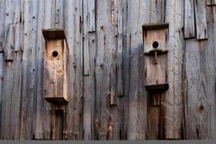 Ein Vogelhaus auf einer alten Blockhauswand Stockbilder