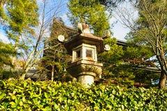 ein Vogelhaus gemacht vom Stein stockbild
