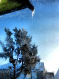 Ein voller Tag des Winters, eine ländliche Landschaft mit einer rustikalen Gartenabdeckung Lizenzfreie Stockbilder