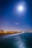 Ein Vollmond über dem Pazifischen Ozean nachts Lizenzfreie Stockfotos