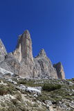 Ein von Tre Cime-Spitzen und von blauem Himmel des freien Raumes Lizenzfreies Stockfoto