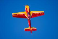 Ein vorbildliches Flugzeug, das Bremsungen durchführt lizenzfreie stockfotos