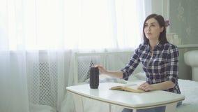 Ein Vorhang, sehbehinderte schöne junge Frau liest ein Buch, verwendet eine Stimme lizenzfreies stockbild