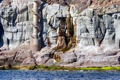 Ein vulkanisches und buntes Felsengesicht in Gran Canaria vom Meer lizenzfreie stockfotografie