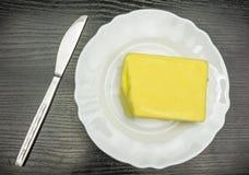 Ein Würfel von Butter auf einer Platte Stockfoto