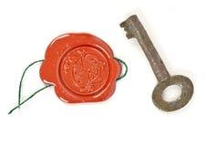 Ein Wachssiegel und das Emblem und ein Eisenschlüssel stockfotografie