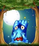 Ein Wald mit einem traurigen blauen Monster Stockfotografie