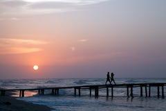Ein Wallk auf dem Pier bei Sonnenuntergang Lizenzfreie Stockfotos