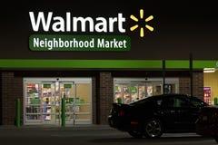 Ein Walmart-Nachbarschafts-Markteintritt nachts Stockbild