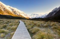 Ein Wanderer im Bild geben eine Richtung der Skala auf, wie enorm die umgebende Landschaft Lizenzfreies Stockbild