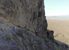 Ein Wanderer im Picacho-Spitzen-Nationalpark, Arizona lizenzfreie stockbilder