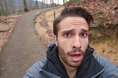 Ein Wanderer macht ein überraschtes Gesicht an der Kamera lizenzfreie stockfotografie