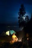 Ein Wanderer an seinem Lager nachts Lizenzfreie Stockbilder