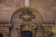 Ein Wappen über einem Eingang Lizenzfreie Stockfotos