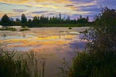 Ein warmer Sommerabend brennt ruhig unten lizenzfreie stockfotos