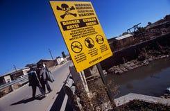 Ein Warnzeichen auf der Straßenseite in Südafrika stockbild